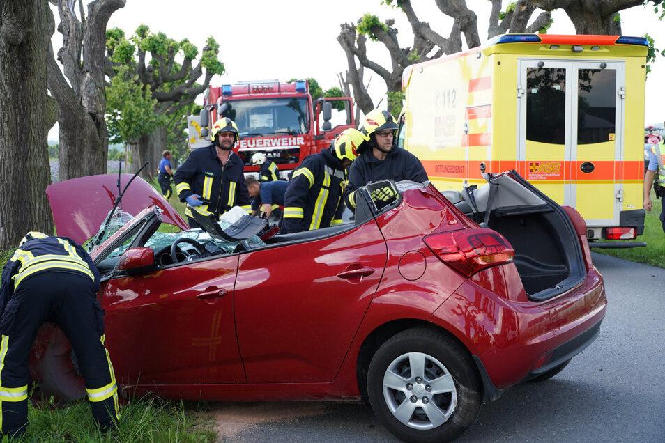 Aus diesem Auto mussten die Feuerwehrleute die Frau befreien.