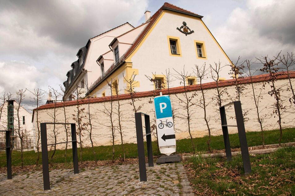 Seit vorigem Jahr gibt es einen Fahrrad-Parkplatz direkt am Zabeltitzer Barockgarten neben der Schlossmühle.