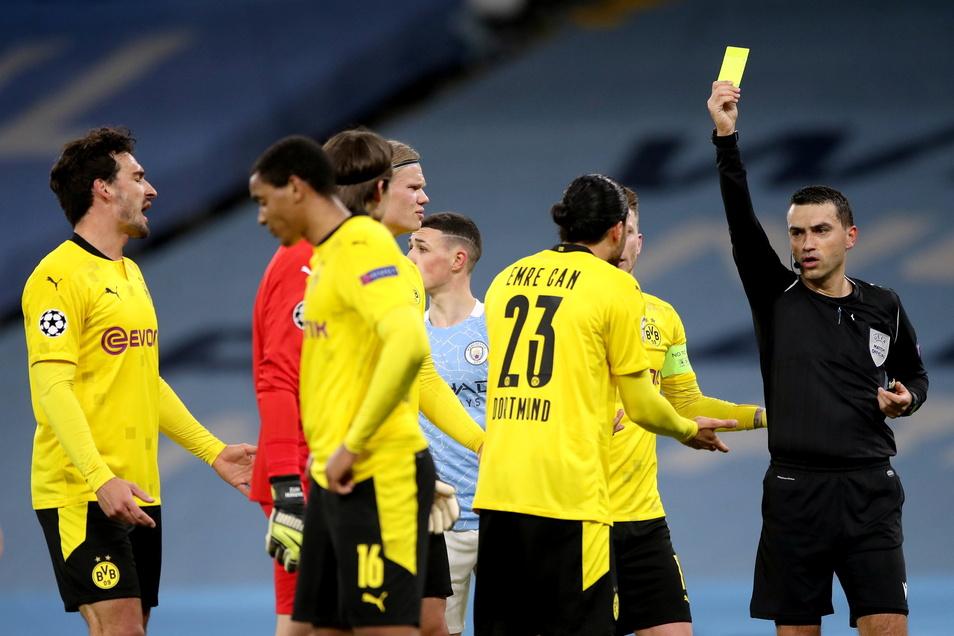 Schiedsrichter Ovidiu Hategan (r) zeigt Emre Can von Borussia Dortmund wegen Meckerns die Gelbe Karte. Den ursprünglich ebenfalls gegebenen Elfmeter nahm der Rumäne wieder zurück.