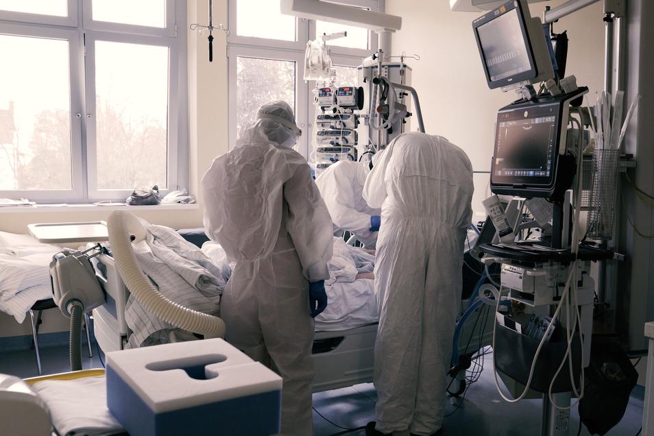Um ausreichend Intensivbetten für die schweren Verläufe vorhalten zu können, muss die Erkranktenkurve möglichst flach verlaufen. Dafür sind Einschränkungen notwendig.