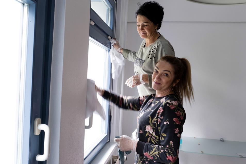 Sylwia (hinten) und Katarzyna sind die neuen Zimmerfrauen für das Hotel. Jetzt sind sie vor allem mit Reinigungsarbeiten beschäftigt.