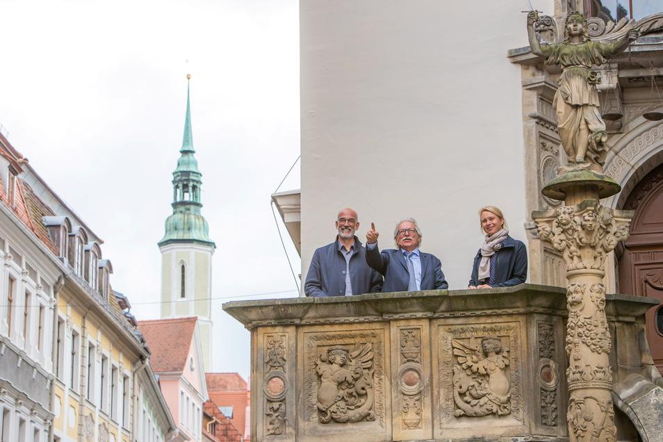 Günther Hasinger zusammen mit seinen Kollegen Katharina Henjes-Kunst und Christian Stegmann. Er ist Professor für Astroteilchenphysik und leitet diesen Bereich am Forschungszentrum DESY. Am DESY wirkt auch Katharina Henjes-Kunst, die außerdem Projektleite