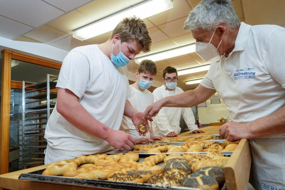 Noch lernen Bäckerlehrlinge wie Marc Schleichert (l.) am Berufsschulzentrum in Bautzen bei Ausbilder Rüdiger Bär (r.). Doch bald wird das Geschichte sein.