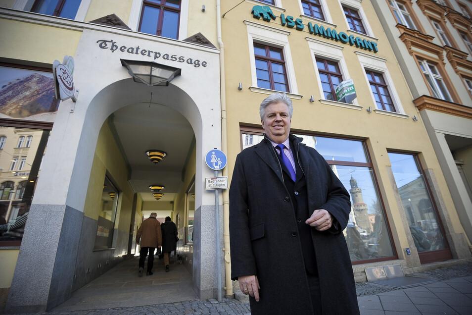 Michael Schulz von der Firma Immofant steht vor der Theaterpassage. Er ist von manchen Mietern sehr enttäuscht - auch in Görlitz. Konkrete Namen oder Anschriften nennt er aber nicht.
