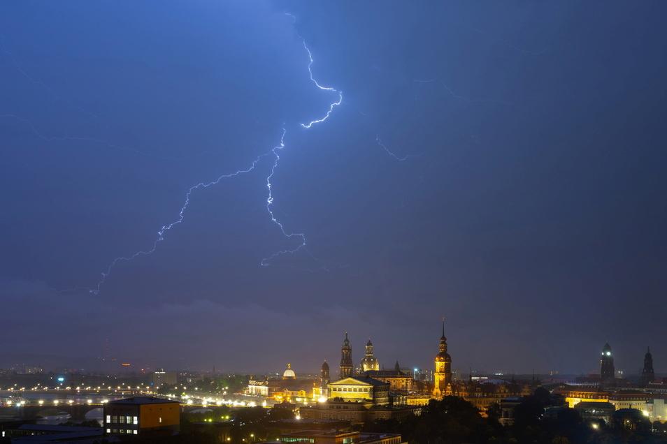Spannung liegt im Juli in der Dresdner Luft: Immer wieder entladen sich die feuchtwarmen Luftmassen über der Stadt und bringen Gewitter und Starkregen.