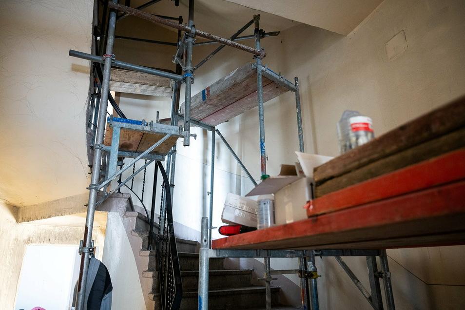 Im gesamten Treppenhaus, vom Parterre bis nach ganz oben, stehen derzeit Baugerüste.
