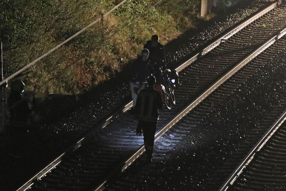 Mit dem Fahrrad die Schiene entlang. Der Zug strandete nahe Gröbern.