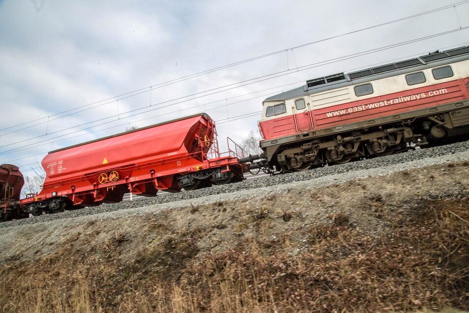 Dieselloks sollen nicht mehr mit laufenden Motoren auf den Rangiergleisen in Niesky und Horka (im Foto) stehen. Die Bahn will ab September Elektranten zum Einsatz bringen, die die Loks mit Strom versorgen.