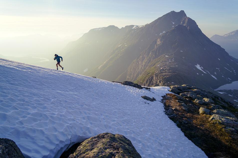 Kilian Jornet ist beim Training sehr oft allein. Kein Wunder, dass er sich beim Laufen auf Schnee in den norwegischen Bergen selbst fotografieren muss.