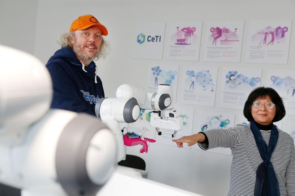 Wie Mensch und Maschine in Zukunft miteinander arbeiten und wie wir dadurch schneller lernen, erforschen Frank Fitzek und Shu-Chen Li am Exzellenzcluster Ceti.