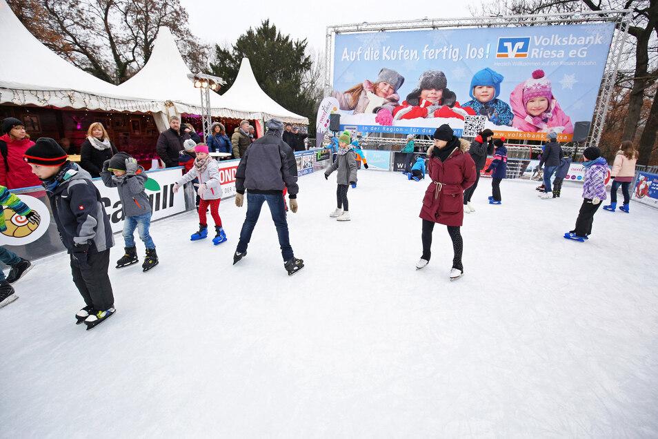 Die Eisbahn zur Riesaer Klosterweihnacht - hier eine Aufnahme von 2018 -  war stets gut besucht.