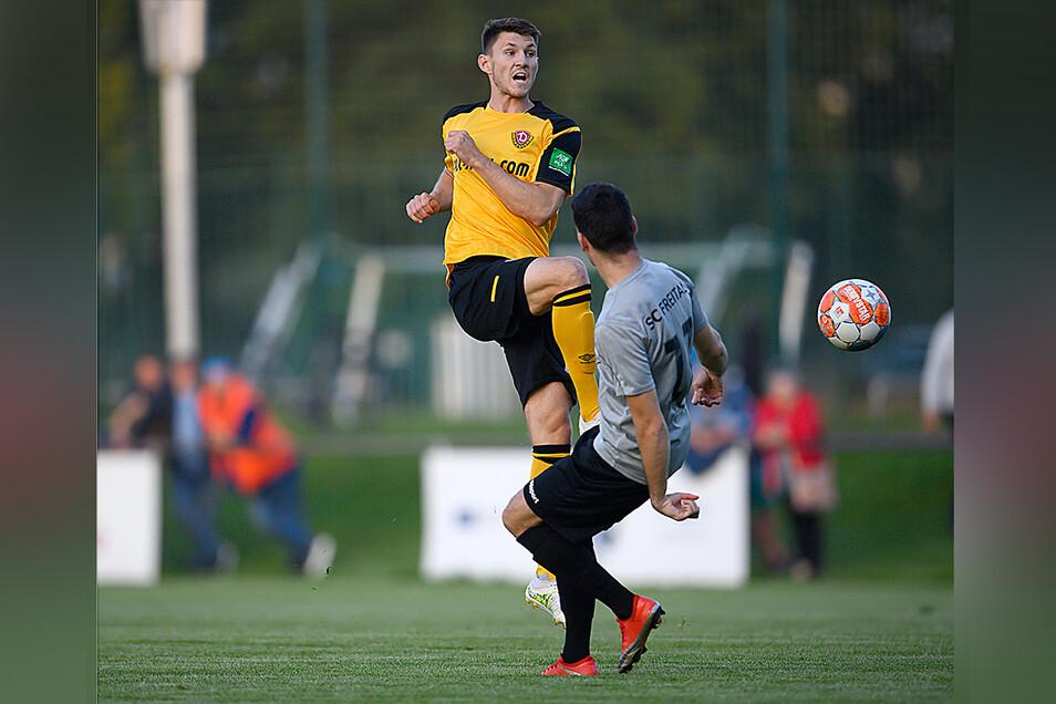 Robin Becker (l.) der nach seiner Roten Karte für zwei Spiele in der zweiten Liga gesperrt ist, kam ebenfalls im Future Team zum Einsatz - rechts Freitals Sandro Schulze.
