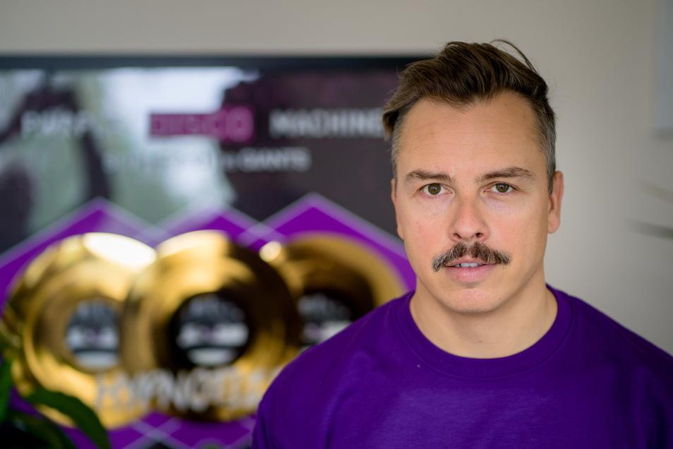 Der gebürtige Dresdner Tino Piontek ist als Purple Disco Machine für seine Musik international bekannt, doch in seiner eigenen Stadt lebt er, völlig ohne Aufsehen zu erregen.