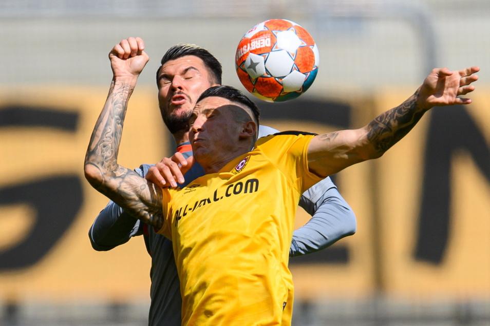 Panagiotis Vlachodimos muss sich gegen Paderborns Robin Yalcin behaupten.