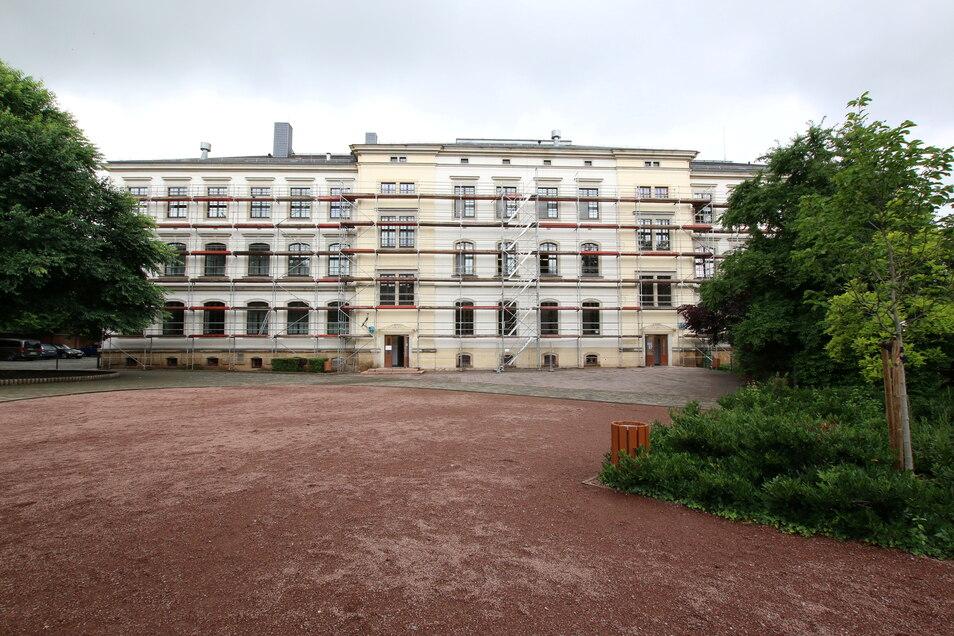 Die Fassade auf der Hofseite der Körnerplatzschule ist eingerüstet. Nach der Überprüfung der Fenster wird der Sonnenschutz angebaut.