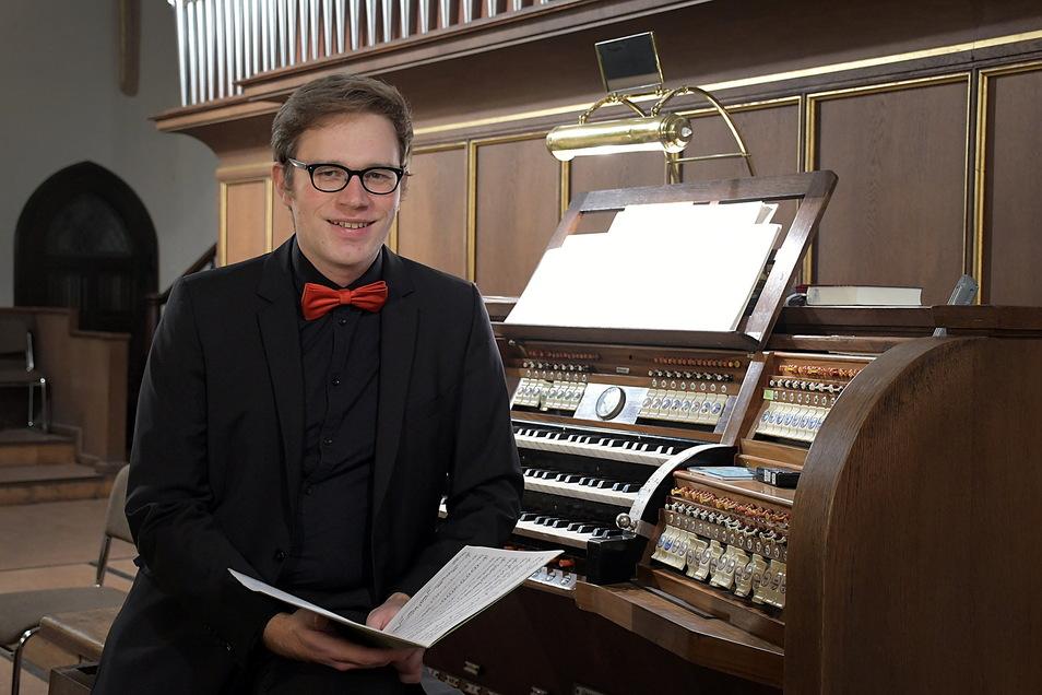 Markus Häntzschel an der Eule Orgel in der Nicolaikirche Döbeln. Der Kantor gibt in der Festwoche ein Konzert für Kinder.