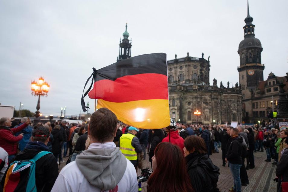 """Ende Oktober mobilisierte Marcus Fuchs von """"Querdenken 351"""" völlig unerwartet rund 5.000 Menschen auf den Dresdner Theaterplatz."""