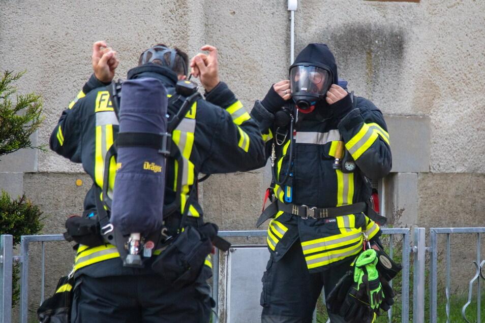 Vor dem Betreten des Hauses rüsteten sich die Feuerwehrleute mit Atemschutz aus.