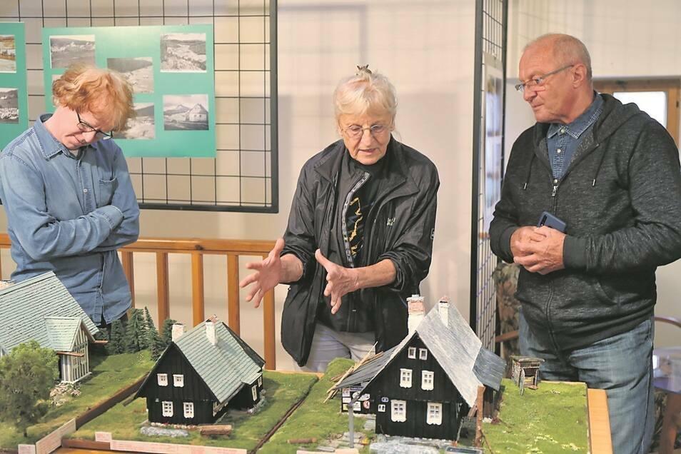 Radka Pimminger (Mitte) zeigt ihre Modelle von Isergebirgshäusern gern in Ausstellungen.