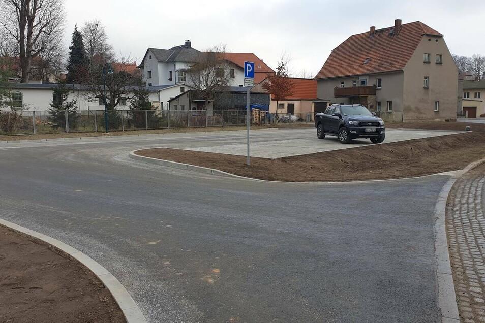 Viel Platz zum Parken hat jetzt Bernstadt mit seinem neuen Parkplatz, der auch als Buswendeschleife dient.