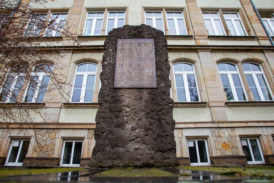 Kaum noch zu lesen und auch sonst vergessen: Das Herta-Lindner-Denkmal der Heidenauer Oberschule.