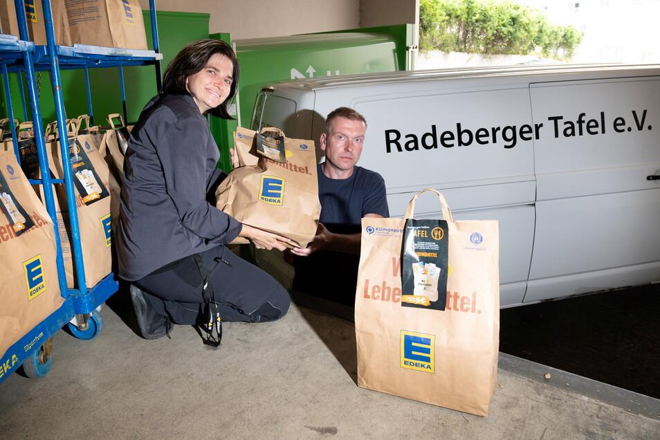 76 Spendentüten für die Radeberger Tafel: Mandy Brandt, stellvertretende Leiterin des Edeka-Marktes im Radeberger Stadtzentrum, übergibt Tafel-Leiter Thomas Kühne die Beutel. Sie sind mit Lebensmitteln und Hygieneartikeln gefüllt.