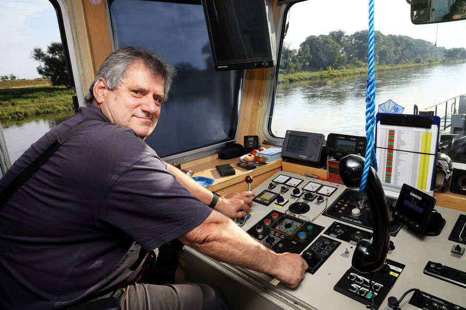 Andreas Fritsch ist Schiffsführer auf der Weißeritz. Der 62-Jährige ist früher als Matrose auf Binnenschiffen unterwegs gewesen und hat auch schon Fähren gesteuert.