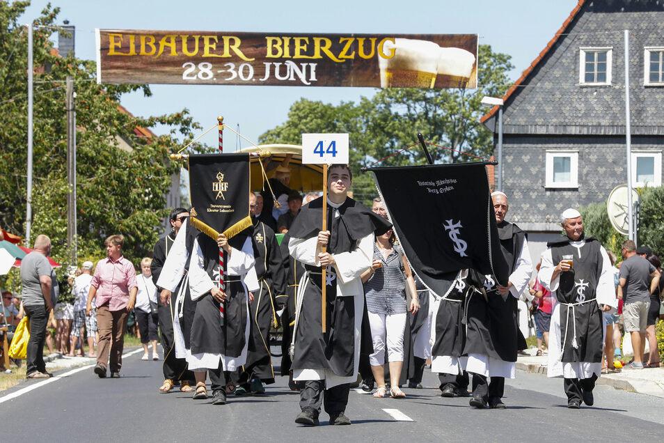 Die Oybiner Mönche sangen und verteilten Bier an die Gläubigen.