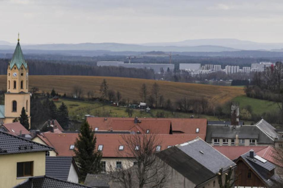 Lichtenberg liegt auf dem Hügel. Der Blick über den Kirchturm hinweg geht ins gelobte Gewerbesteuerland bei Leppersdorf, also in die Gemeinde Wachau. Ob beide Gemeinden Verhandlungen für einen Zusammenschluss zu einer ländlichen Großgemeinde beginnen soll
