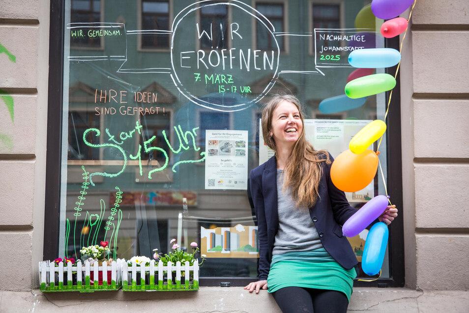 Andrea Schubert, Vorsitzende des Stadtteilvereins Johannstadt, vor dem neu eröffneten Projektbüro. Hier sollen Ideen für eine umweltfreundliche Johannstadt gesammelt werden.