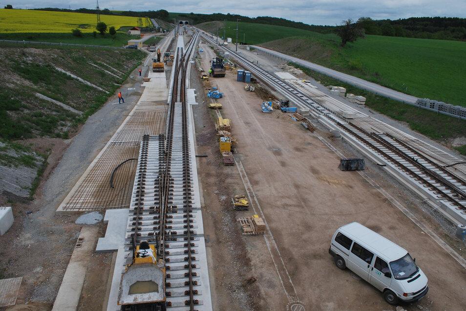 So ähnlich wie hier an der Strecke Erfurt-Leipzig könnte auch der Überholbahnhof in Heidenau aussehen - mit dem Unterschied, dass die Stadt rechts und links bebaut ist und der Bahndamm erhöht liegt.