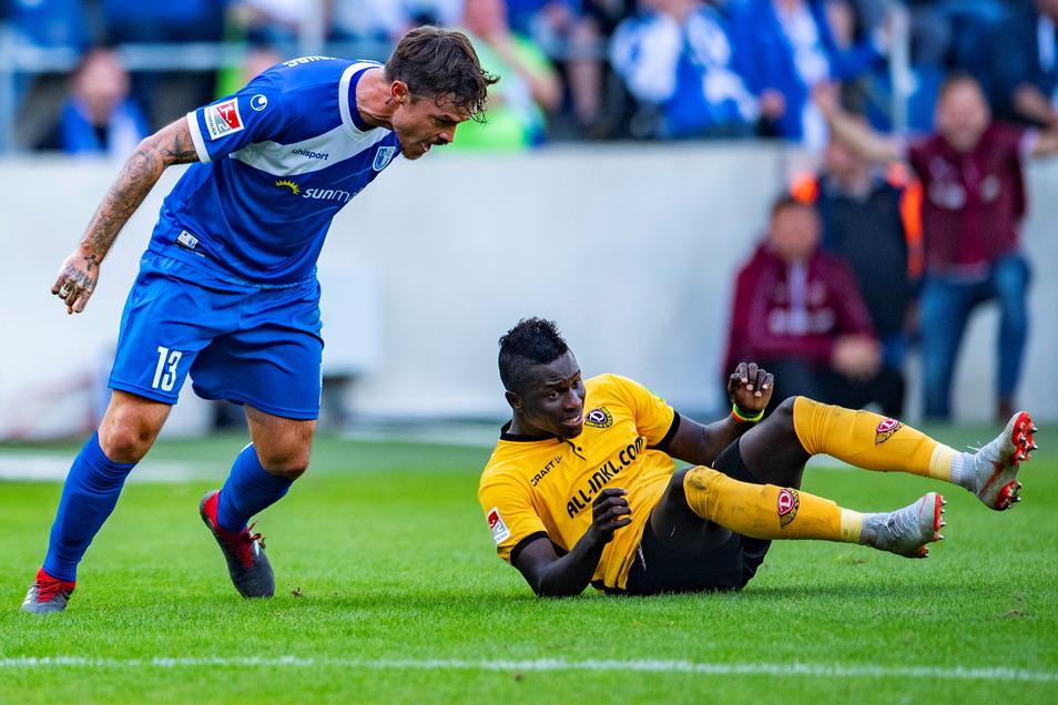2018 spielte Dennis Erdmann (l.) noch selbst für Magdeburg, schreit hier den Ex-Dresdner Moussa Koné an. Nun werden dem Verteidiger rassistische Beleidigungen vorgeworfen - von Magdeburgern.