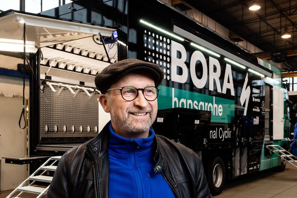Niederlassungsleiter Thomas Kretzschmar steht vor dem fabrikneuen Fahrzeug, dessen Aufbau komplett bei der Firma Orten Fahrzeugtechnik in Rothnaußlitz erfolgte. Der 59-Jährige managt nicht nur den Betrieb; er konstruiert auch die Spezial-Kofferaufbauten.
