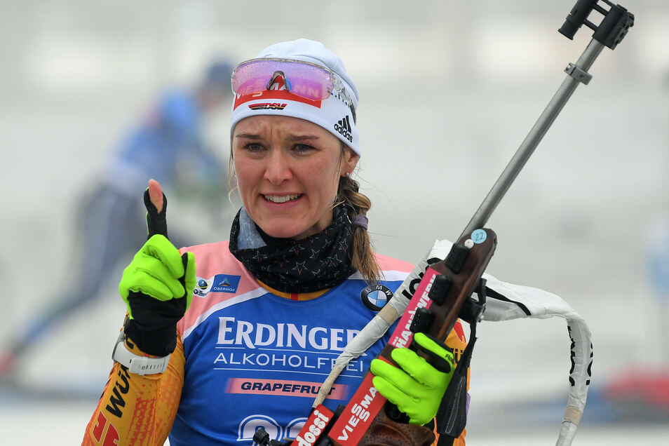 Ist sich beim Anschießen offenbar noch unsicher gewesen: Biathletin Denise Herrmann.
