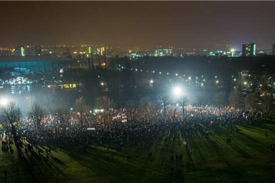 """Auf der """"Cockerwiese"""" versammelten sich derweil wieder mehrere Tausend Demonstranten. Laut Polizei waren es mindestens 18.000, nach Einschätzung von SZ-Reportern nicht mehr als 12.000 Teilnehmer."""
