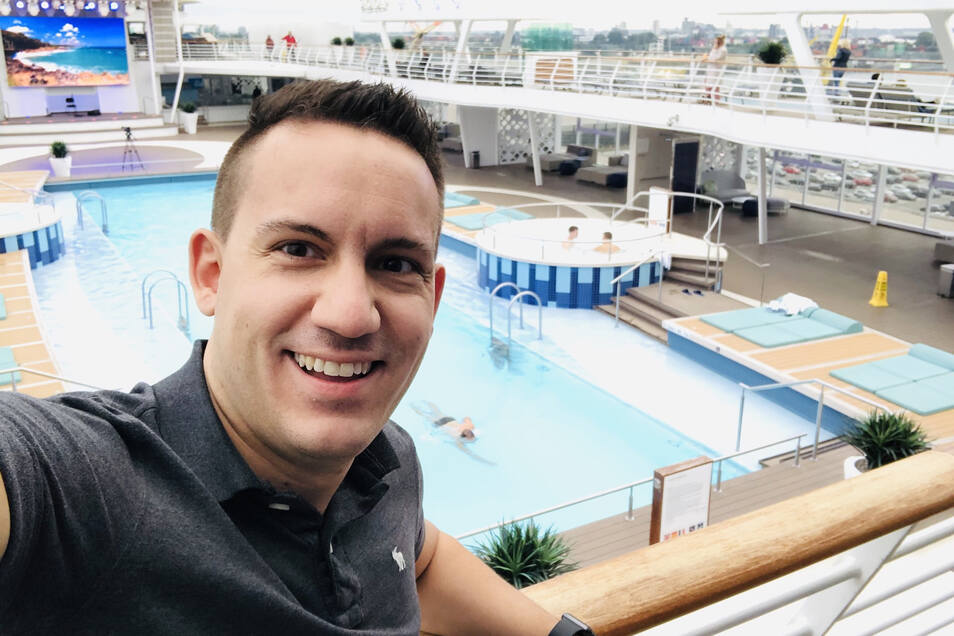 """Viel Platz am Pool: Matthias Etzel an Bord der """"Mein Schiff""""."""