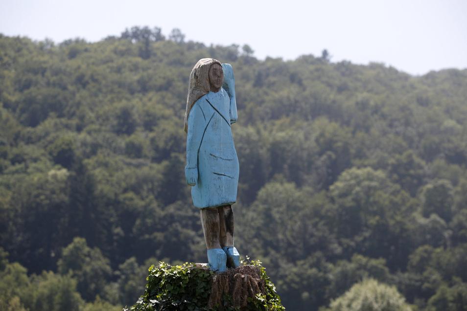 Hölzerne Melania Trump: Das blaue Kleid erinnert an jenes Kleid, das Melania Trump bei der Amtseinführung ihres Gatten am 20. Januar 2017 in Washington trug.