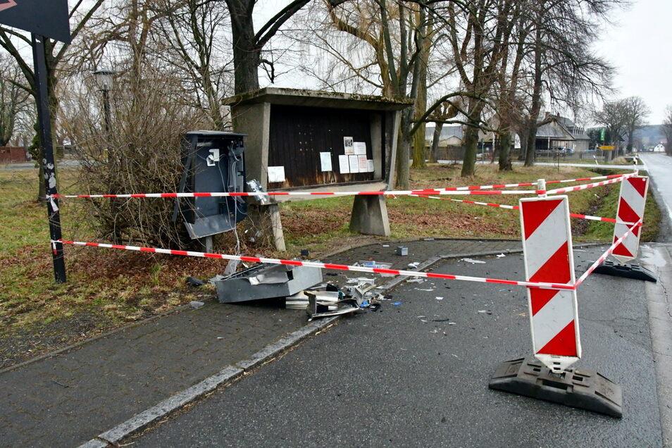 Diesen Zigarettenautomaten am Kulti Großhennersdorf haben Unbekannte gesprengt.
