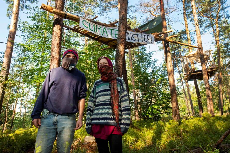 Rufus (l.) und Echo vom Heibo-Protestcamp: Es sei nichts Neues für sie, im Wald zu campieren, sagen sie.