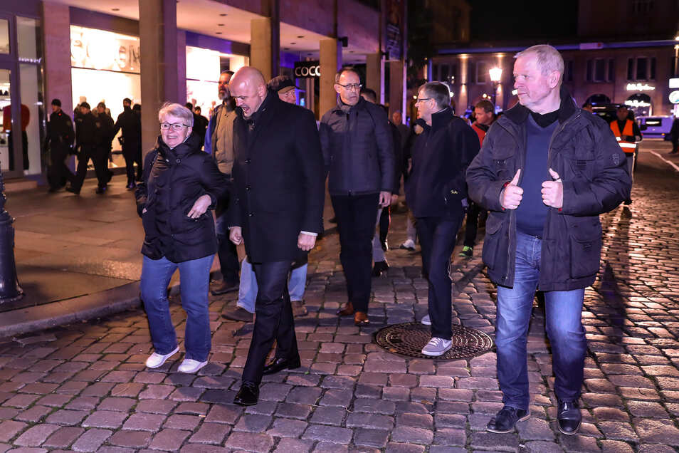 Die AfD-Politiker André Wendt, Vize-Präsident des Sächsischen Landtag (2.v.l.) und Landesvorsitzender Jörg Urban bei der Pegida-Demo am Montag.