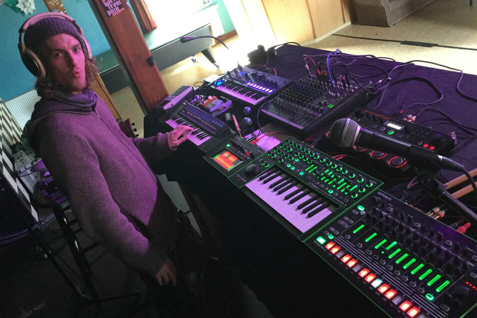 Julius Menschner legt als Mense während des Livestreamings am Freitagabend Electro-Music auf.