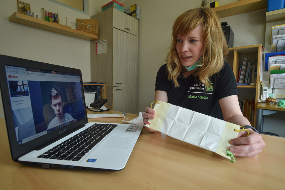 Besser als gar keine Behandlung: Ergotherapeutin Maria Scholz erklärt MS-Patient Felix Würschmidt in der Videosprechstunde, wie er sich einen Mundschutz herstellen kann.