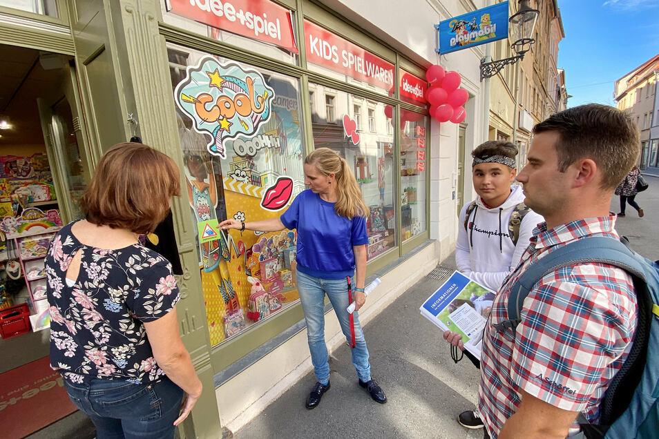 """Am Spielwarengeschäft in der Reichenberger Straße in Zittau klebt jetzt auch ein """"Elefantenstark""""-Sticker."""