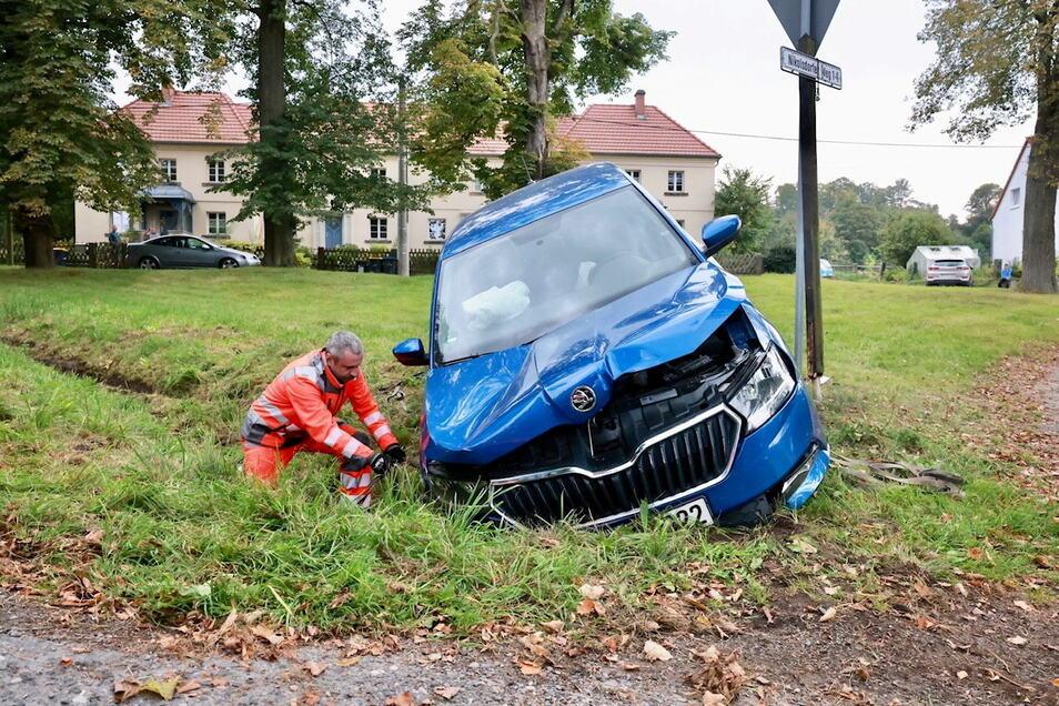 Der Fahrer des Wagens musste verletzt in ein Krankenhaus gebracht werden.