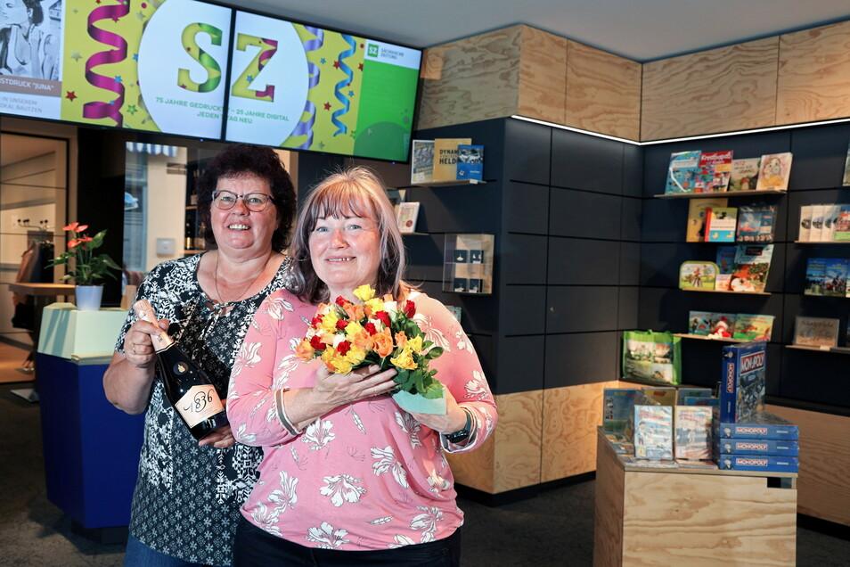 Die Mitarbeiterinnen Marion Lippmann (li.) und Elke Mattusch begrüßten die ersten Kunden mit einer Rose.