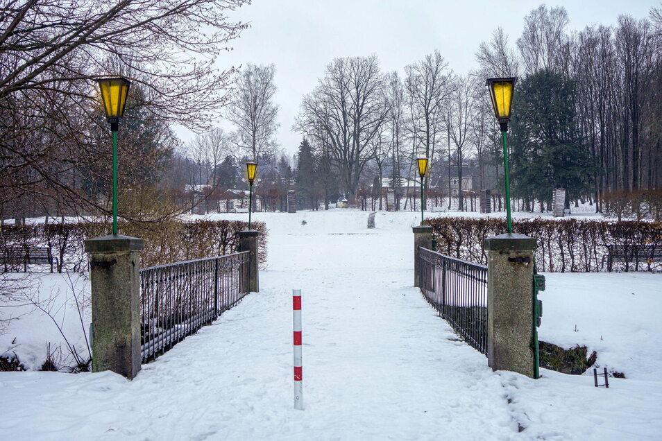 Die Beleuchtung im Schlosspark Großharthau wird erneuert, damit auf Dauer Energie und Geld gespart werden können.