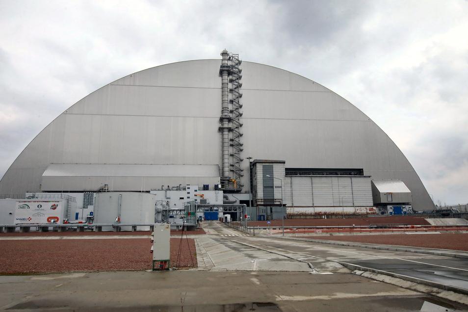 Die neue sichere Umschließung versiegelt die als Sarkophag bekannte temporäre Struktur, die vor 35 Jahren über den Trümmern des Reaktors in Tschernobyl errichtet wurde.