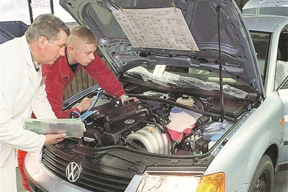 Das Autohaus Jan Wirthgen in Freital ermöglicht Mechatroniker-Azubis, auf Firmenkosten eine 20-tägige Zusatzausbildung bei VW zu absolvieren. Diese bietet den Einstieg in eine mögliche Spezialisierung auf die Marke. Der Betrieb will so die Ausbildung aufw