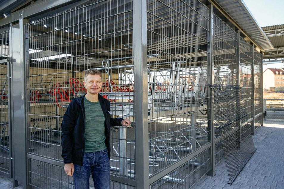 Christoph Mehnert vom Verkehrsverbund Zvon ist überzeugt, dass der Stellplatz für 68 Fahrräder am Bautzener Bahnhof auch bald abschließbar sein wird.
