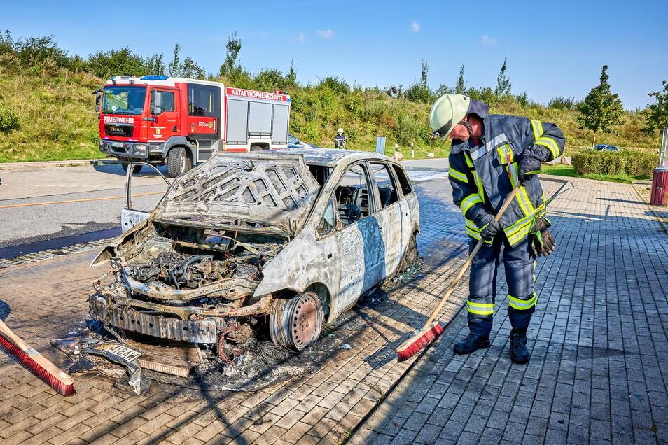 Die Überreste des Ford nach dem Brand.